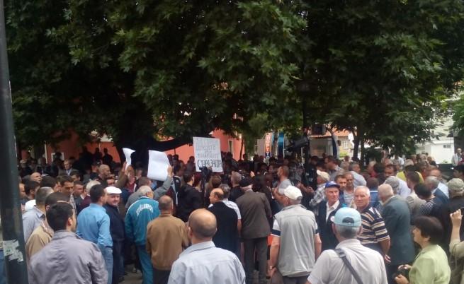 500 души протестираха пред Куршум джамия в Карлово