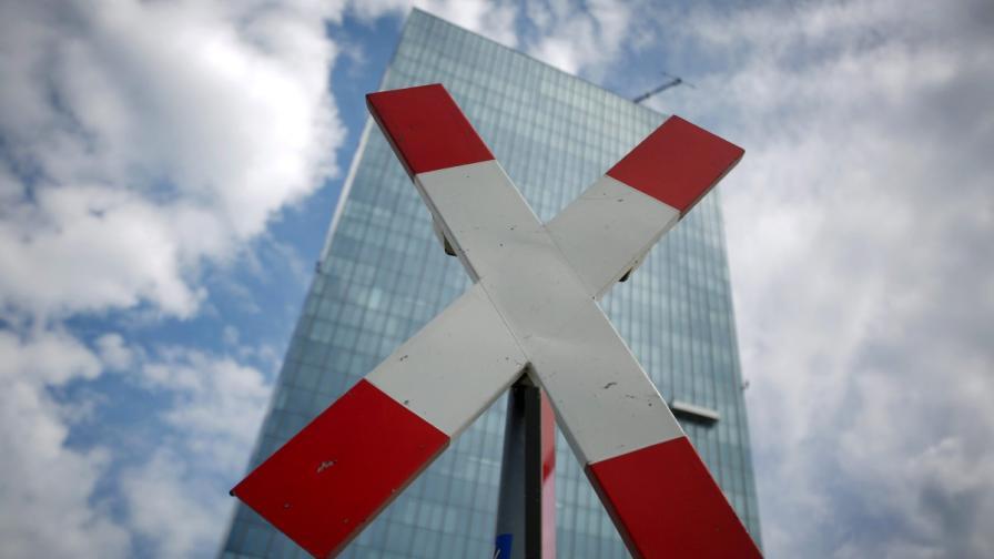 """Знак """"Преминаването забранено"""" пред сградата на Европейската централна банка във Франкфурт"""