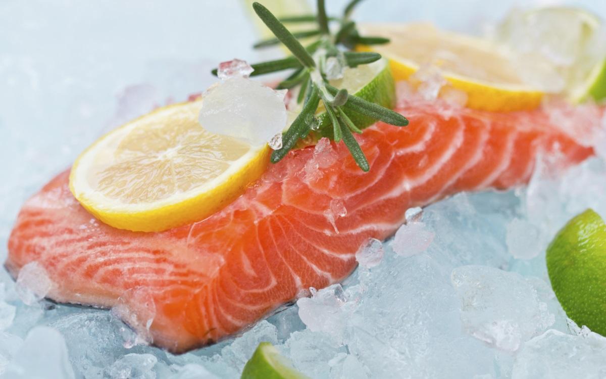 Намалява стреса: сьомгата<br /> <br /> Редовната консумация на мазни риби като сьомга и риба тон ще ви помогне да подобрите настроението си. Тези риби са богати на омега-3 мастни киселини, които повишават настроението и могат да улеснят серотонина да премине през клетъчните мембрани и да се размножи. Допълнителна полза? Тази мастна киселина може да помогне за намаляване на възпалението, често срещана нежелана реакция на хроничния стрес.