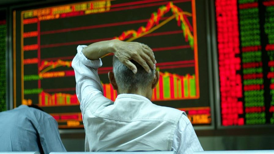 Паника заля борсите в Китай след срив от 30% за месец