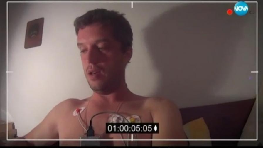 Репортер се снима, докато получава панически атаки