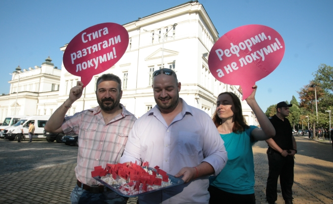 Раздават локум на депутатите пред парламента