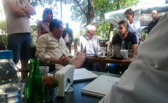 Лидерът на ДПС пи кафе с протестиращи пред парламента