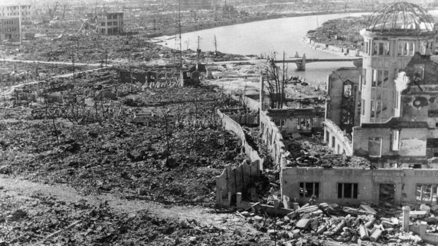 """Разрушенията в Хирошима и оцелялата сграда, която после ще стане """"Атомния купол"""" в """"Парка на мира"""""""