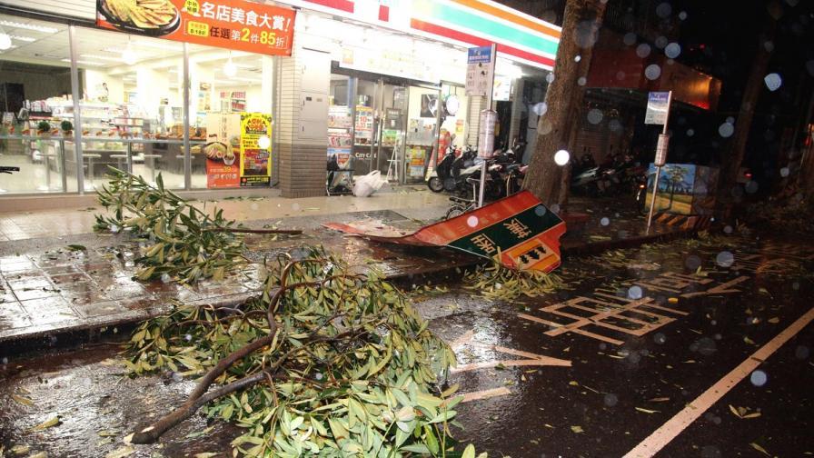 Тайфунът Соуделор удари Тайван и взе жертви