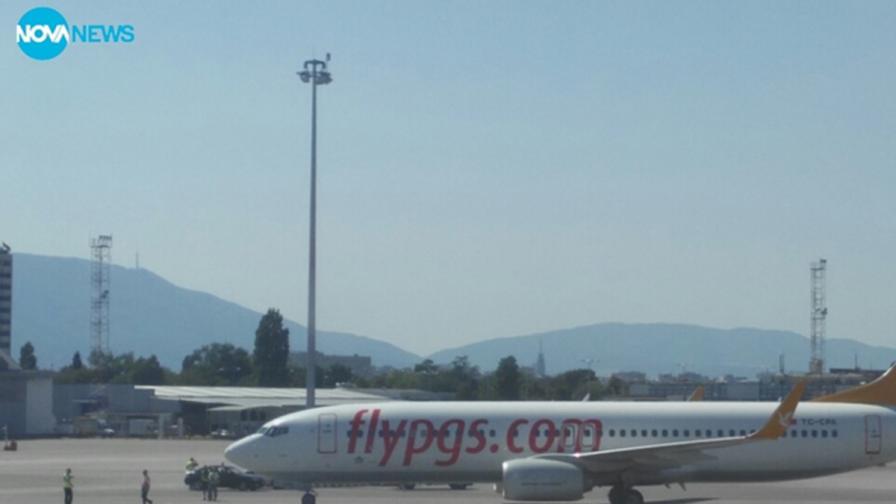 Турски самолет кацна аварийно в София