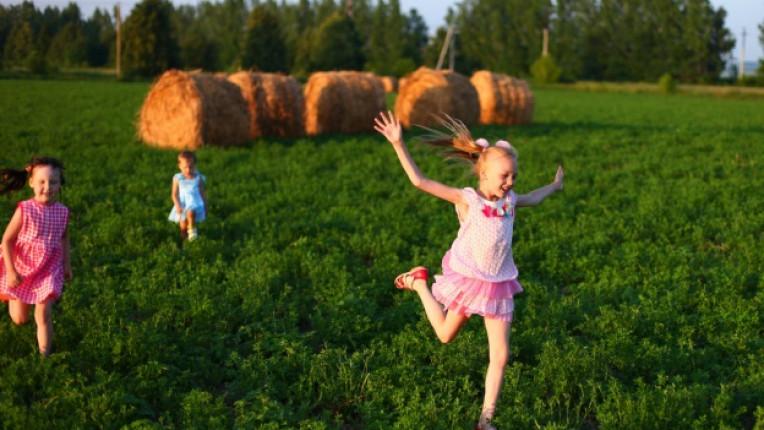 деца безгрижие село провинция дете игра природа