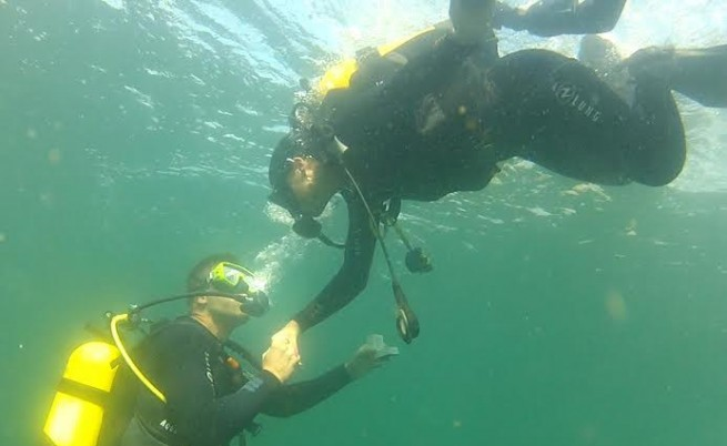 DJ Дончо стана участник в подводен годеж (снимки)