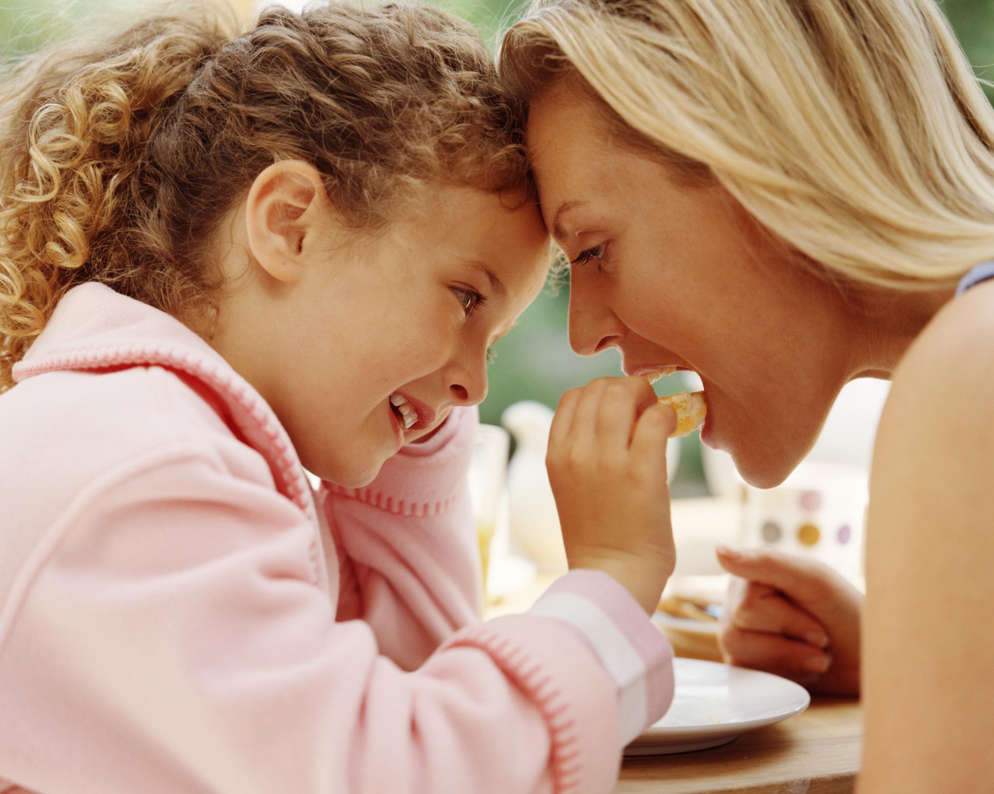 Хранете се с други хора, а не сами. Проучване на американско здравно списание за хранене показва, че хората, които се хранят сами и гледат телевизия или се ровят в телефона си са по-склонни да похапват повече. Проучването сочи, че хората, които се хранят с други са склонни да изяждат повече зеленчуци, отколкото сами.