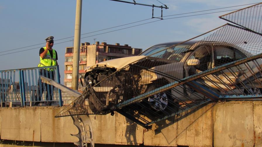 Пиян шофьор увисна над мост в Русе
