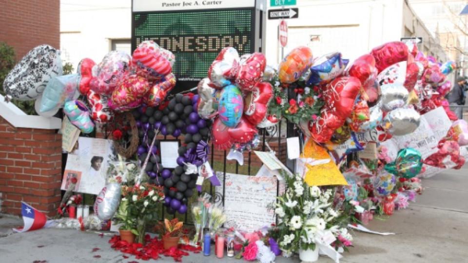 Цветя пред църквата, в която днес ще бъде опелото на Уитни Хюстън