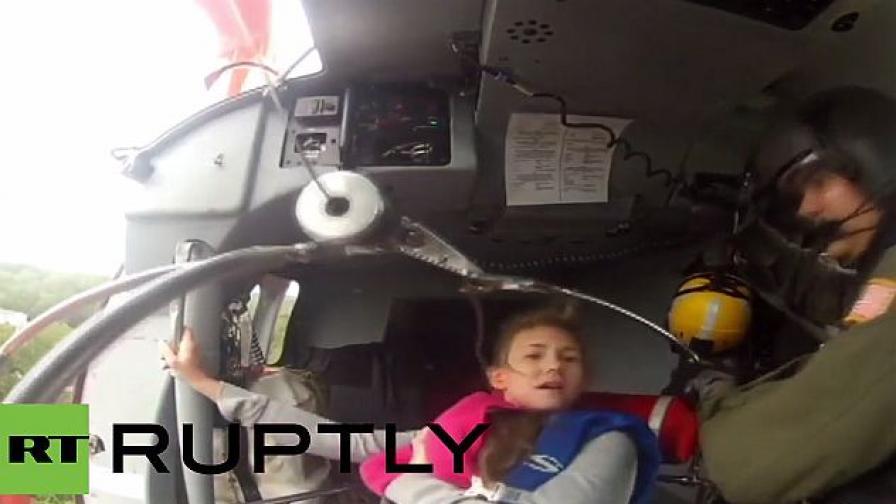 Майка и дете спасени от наводнение след урагана (видео)