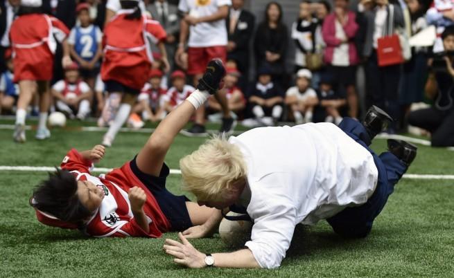 Кметът на Лондон просна на земята 10-годишно японче (видео)