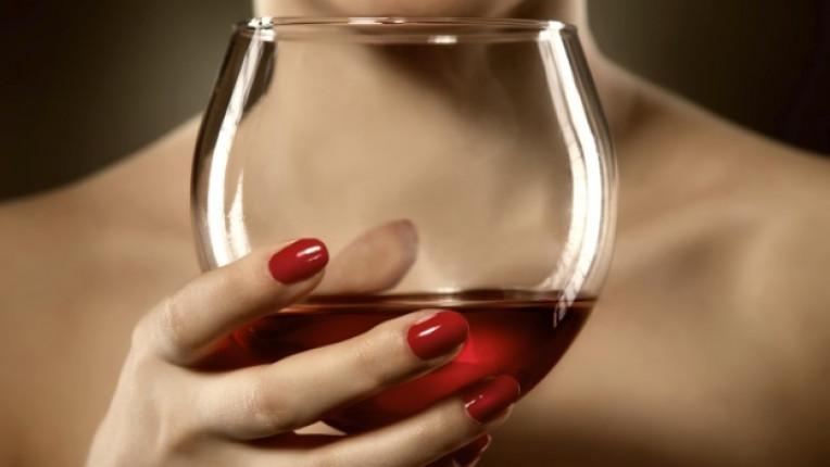жена чаша вино