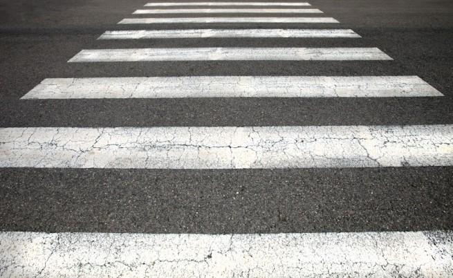 Кола помете млада жена на пешеходна пътека