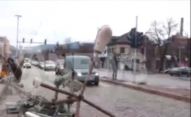 Вятърът събори стълб в София, по чудо няма жертви