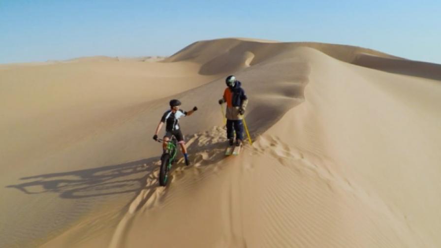 Колоездач и скиор в надпревара в пустинята