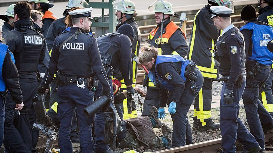 Демонстранти се оковаха на релсите пред влака на германски министър