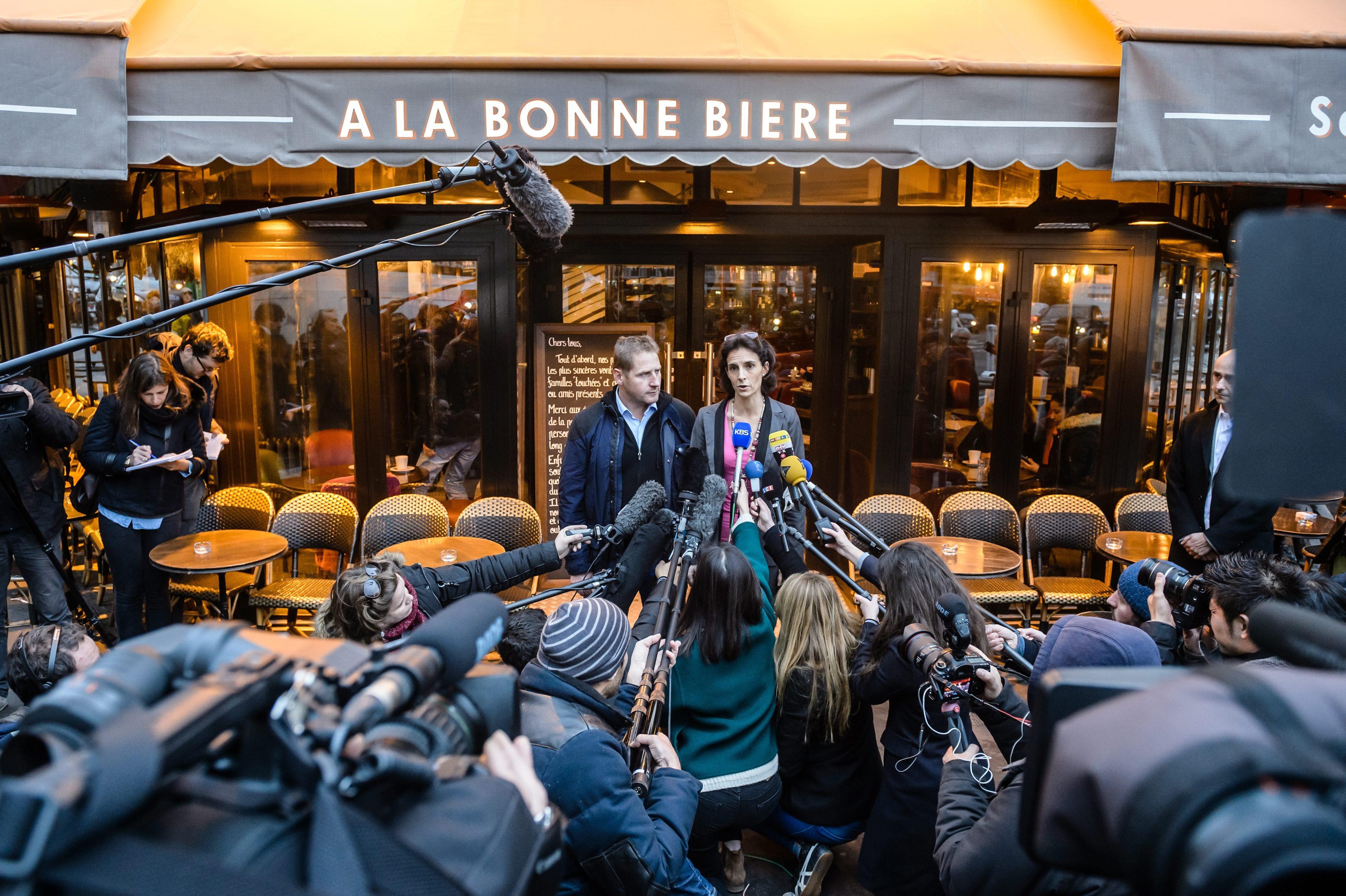 """Бар """"Ла бон биер"""", пострадал при атаките в Париж, отвори отново врати"""