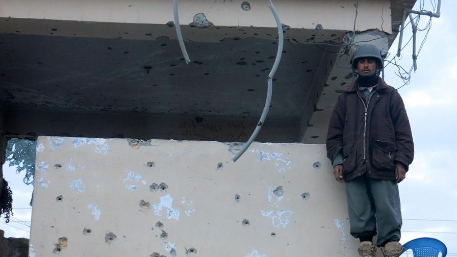 Десетки убити и ранени при атака на летището в Кандахар