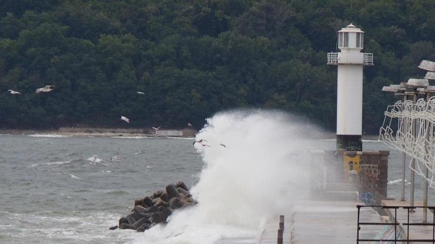 Бурният вятър затвори пристанищата