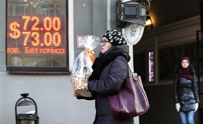 Руската рубла падна до рекордно дъно