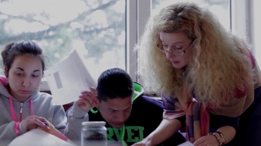 Учителят - носител на знания и приятел на децата (видео)