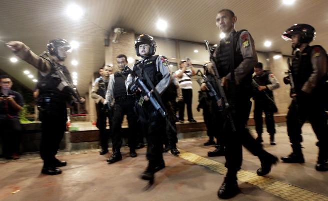 Задържаха трима, свързани с ИД, за атаките в Джакарта