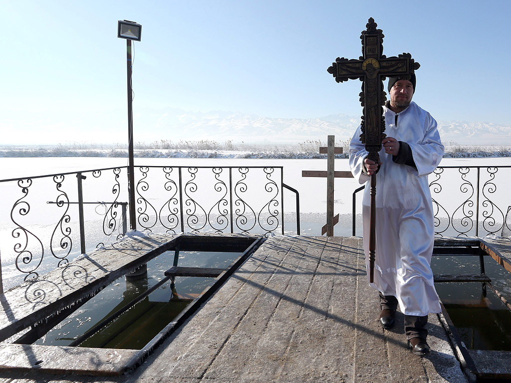 Село Покровка на 15 км от Бишкек, Киргизстан. Потапянето в леденостудените води съвсем не е страшно. Когато температурата на въздуха е минус двадесет, а на водата - плюс два градуса, усещането е такова, че все едно се потапяш в топло мляко.