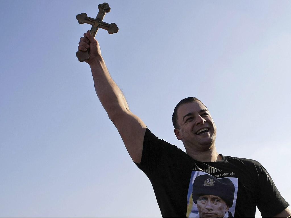 Сръбски православни вярващи по време на честванията на празника Богоявление в Белград, Сърбия на река Дунав. Хората вярват, че плуването във водите по време на празника Богоявление укрепва духа и тялото