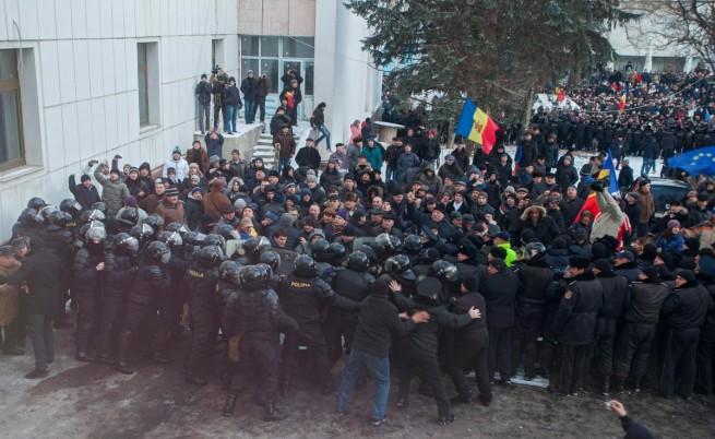 Протестиращи нахлуха в молдовския парламент