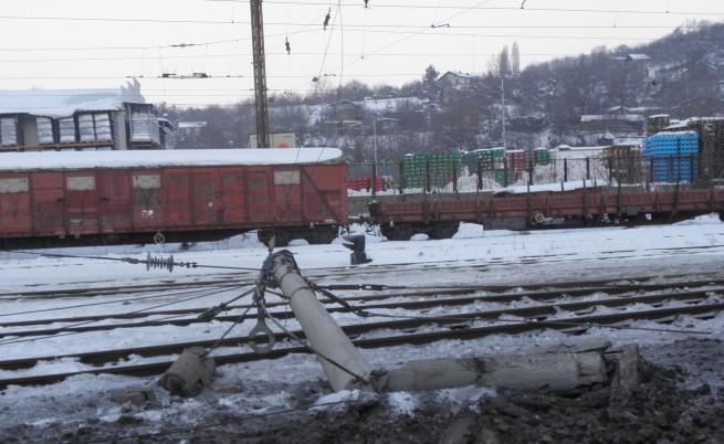 Влак дерайлира край Дупница, 8 вагона са се преобърнали