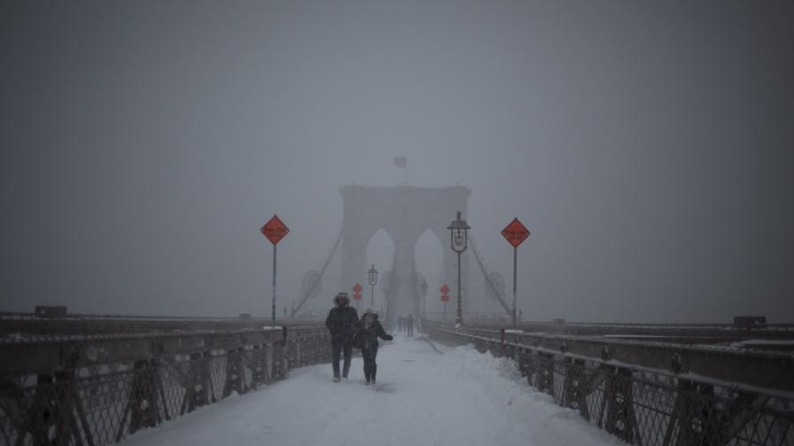 Снежната стихия държи в плен САЩ, но леко отслабва