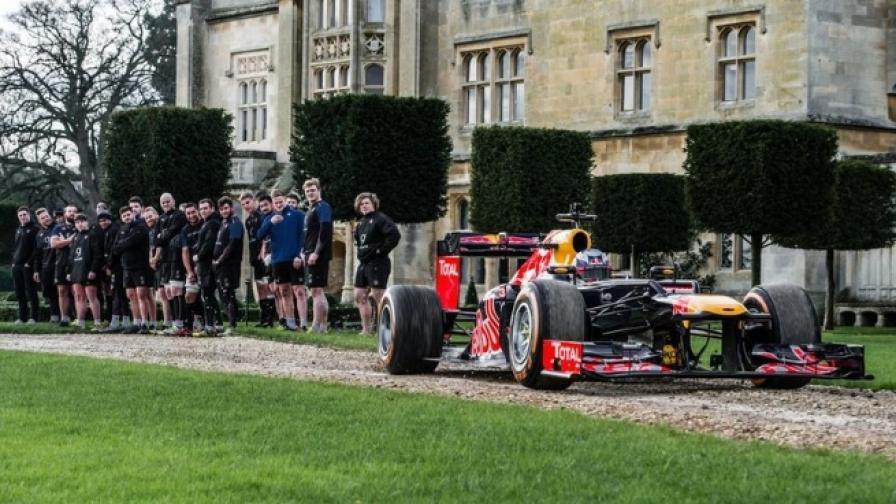 Кола от Формула 1 се изправя срещу отбор по ръгби
