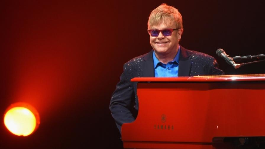 Елтън Джон подари пиано на лондонска жп гара