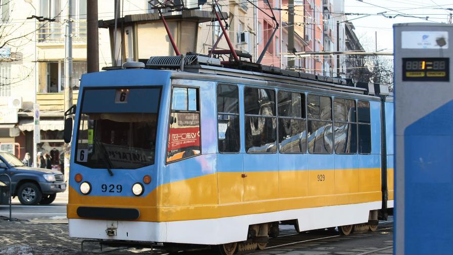 Жена падна под трамвай, ранена е тежко