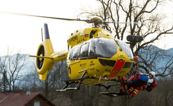 Хеликоптер извозва ранени от мястото на влаковата катастрофа
