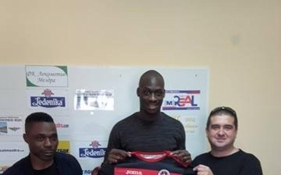 Куп нови играчи подписаха договори с Локомотив Мездра
