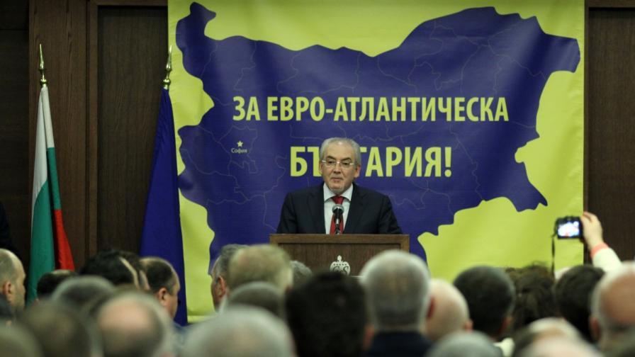 Лютви Местан по време на речта си на Учредителното събрание на партията ДОСТ