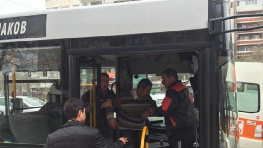 Кондуктор спаси шофьор с гърч и пътниците му