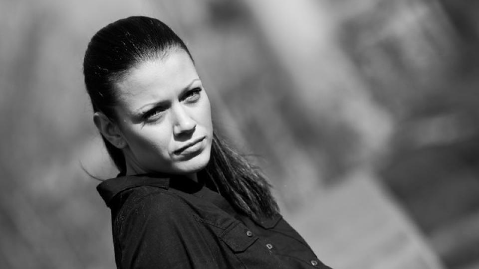 """Ралица Паскалева е поредната млада и многообещаваща актриса, която участва в """"Откраднат живот"""". Завършва НАТФИЗ """"Кръстьо Сарафов"""" в класа на Стефан Данаилов. За разлика от много свои колеги, Ралица не е от семейство на актьори, а към артистичната професия я водят единствено страстта и желанието. Снимала се в много български и чуждестранни продукции и си е партнирала с имена като Доминик Пърсел, Джош Кели, Ейдриън Пол и много други.  В сериала """"Откраднат живот"""" Ралица облича бялата престилка и влиза в ролята на д-р Галя Стилянова – специализант акушер гинеколог. Млада и много амбициозна, Галя на няколко пъти става причина за големи обрати в сериала, без дори да подозира. Нейната амбиция е основната ѝ движеща сила и често е причината за големи проблеми."""