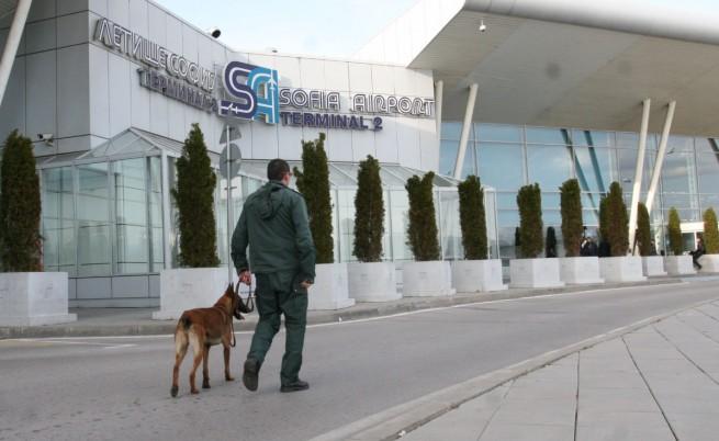 Среднощна паника на летището заради сигнал за бомба