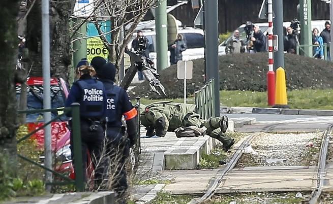 Евакуация, изстрели и взривове. Издирват мъртъв атентатор