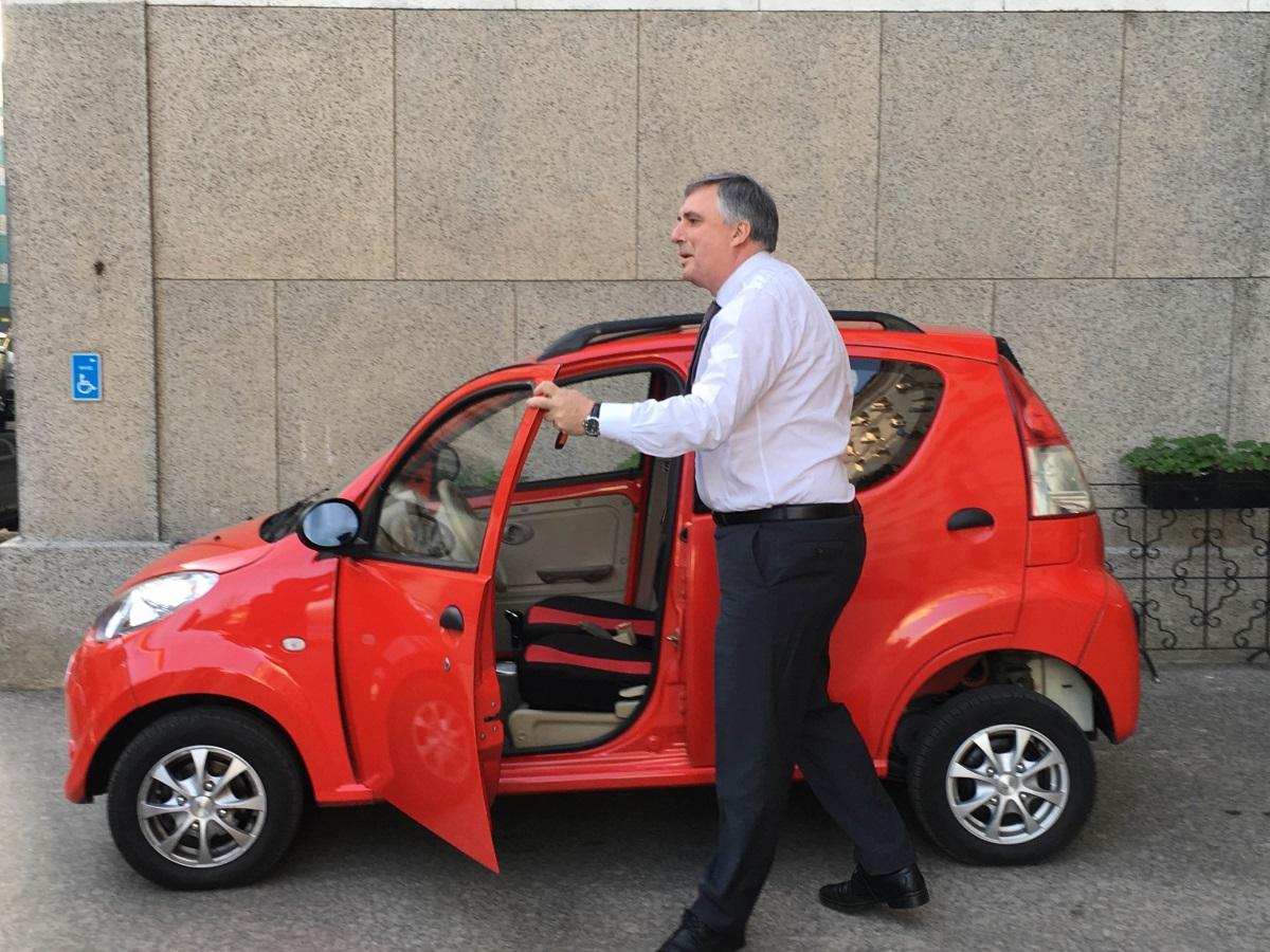 Ивайло Калфин показа електромобил, докато беше социален министър