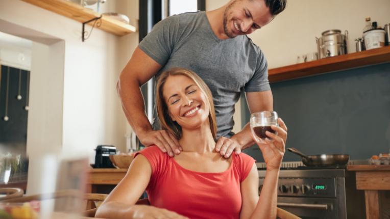 6 начина, по които да изненадате половинката си у дома