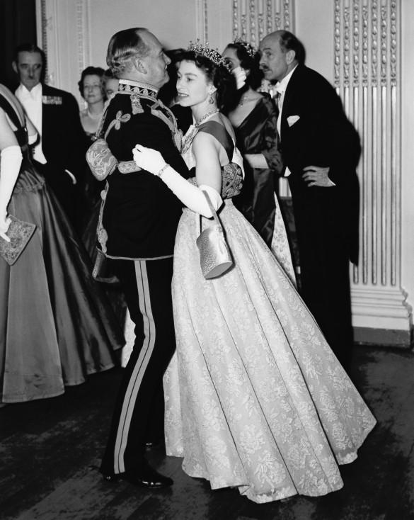 - Обичана от едни и неодобрена от други, британската кралица е най-дълго управлявалият монарх на Острова. За 63-те години, през които е на трона, в...
