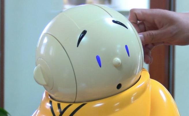 Вижте Ксиан'ер – роботът монах в будистки храм (видео)