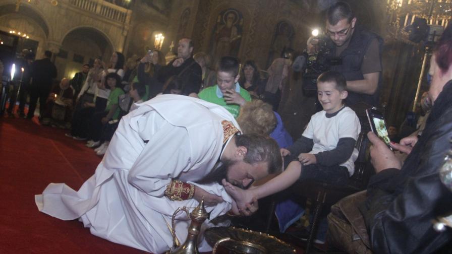 За първи път у нас: Свещеници умиха нозете на деца