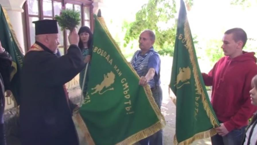 Младежи ушиха копия на знамето на Ботевата чета
