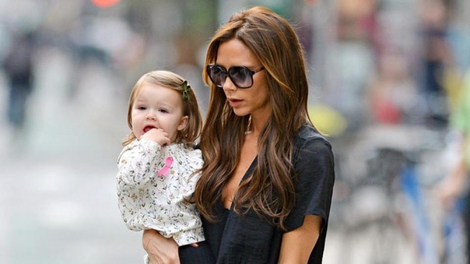 Виктория Бекъм и малката Харпър Севън... На какви ли ценности за любовта мама ще научи дъщеричката си един ден...
